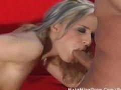 Sex Biest spielt mit dem Dildo vorm Blowjob