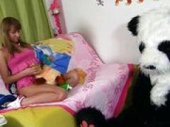 Junges Girl reitet auf ihrem Pandabär