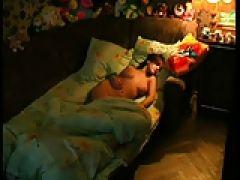 Vollbusige Teen Göre beim Masturbieren heimlich gefilmt